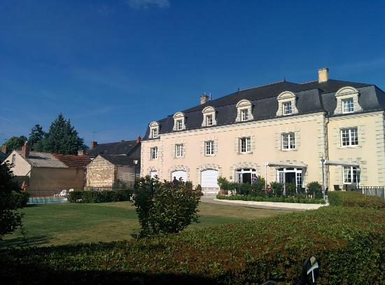 Hotel Le Relais Du Bellay : Views of the hotel and surrounds