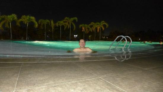 Infinity Pool At Night Limketkai Luxe Hotel Foto Van Limketkai Luxe Hotel Cagayan De Oro