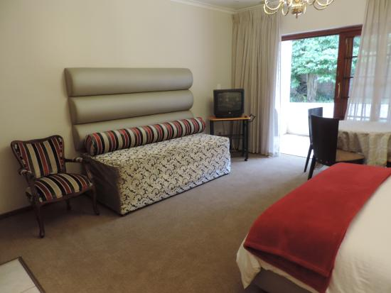 Milkwood Lodge: Luxury en-suite with queen and twin bed, fully equipped kitchenette