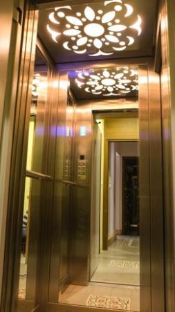 No11 Hotel & Apartments: elevator