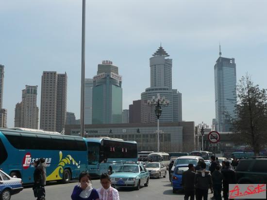 Bohai Pearl Hotel: 大連駅北側広場からのホテル