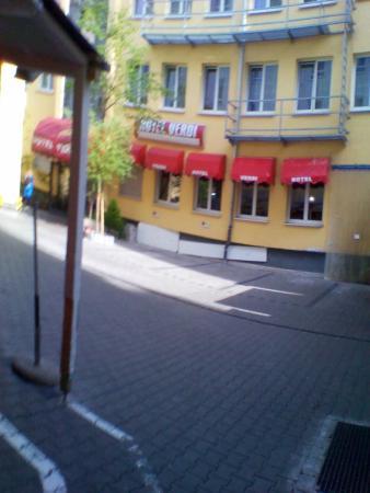 Hotel Verdi : Der Innenhof mit dem Hotel - so leer ist es nur am Sonntag!