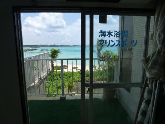 Yoron Park Hotel: エントランスから綺麗な海が見えます
