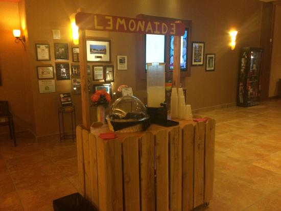 Embassy Suites by Hilton Loveland - Hotel, Spa and Conference Center: Lemonade stand in the lobby
