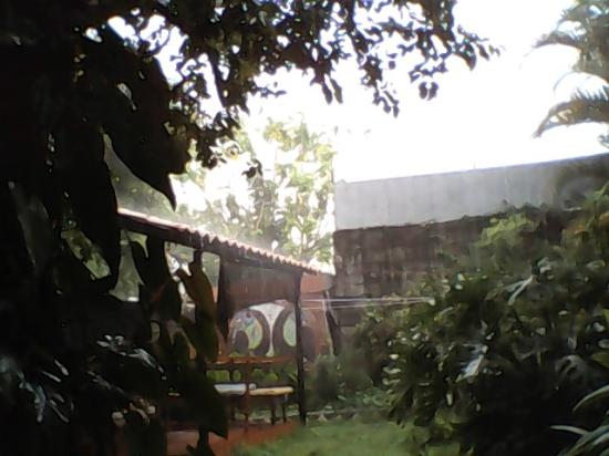 Hotel Cortez Azul : Sitting area in the garden; even peaceful and comfortable in the rain.
