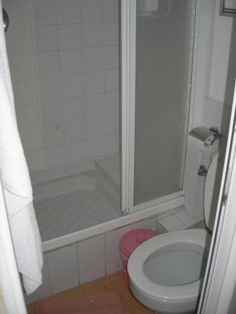 Hostal La Fontana: la doccia e il water