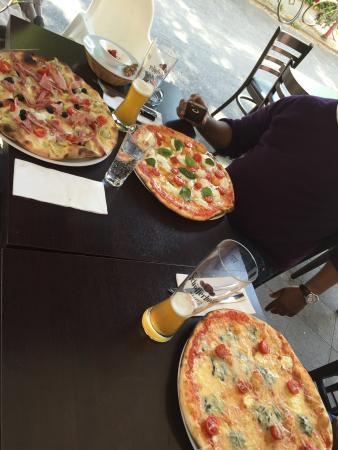pizza margherita con bufala picture of pizzeria trattoria romantica dusseldorf tripadvisor. Black Bedroom Furniture Sets. Home Design Ideas