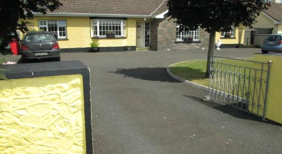 Aonach Bed & Breakfast: View of front entrance