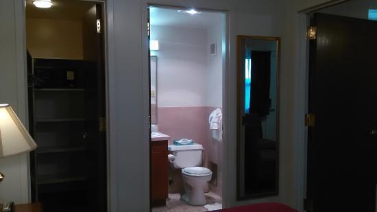 Gateway Villa   Air Force Inns: Bathroom With Shower And Walk In Closet (