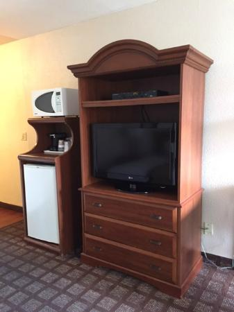 Best Western Heritage Inn: Entertainment center and fridge