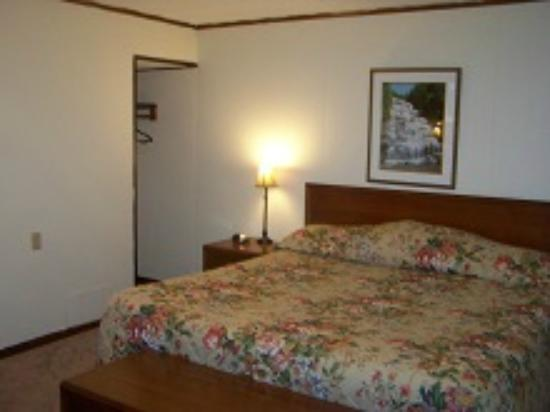 Finger Lakes Waterfall Resort: King Size Beds
