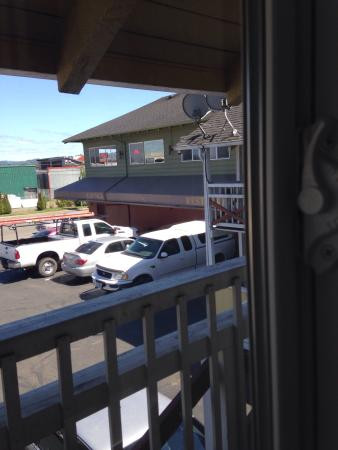 Super 8 Coos Bay/North Bend: Looking out our room window to the bar where the white PU is parked in front.
