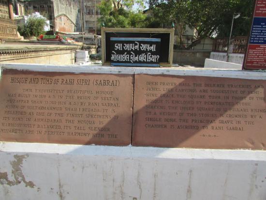 Rani Sipri's Mosque: Плита с текстом