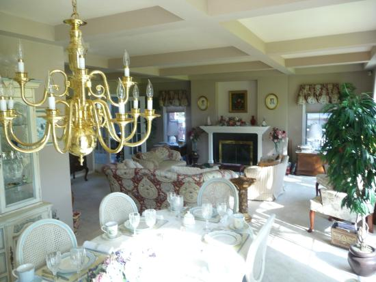Toad Hall Manor Bed and Breakfast: Front room and breakfast area