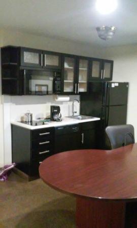 Candlewood Suites Fairfax: Kitchen - desk area