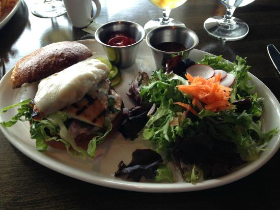 Harbor 22 Bar and Grill: grilled chicken sandwich with lunch side salad