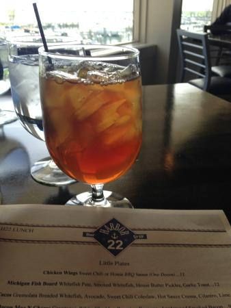 Harbor 22 Bar and Grill: waitress kept the iced tea glasses filled