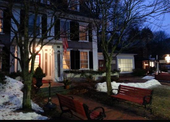 The Colonial Inn: Outside