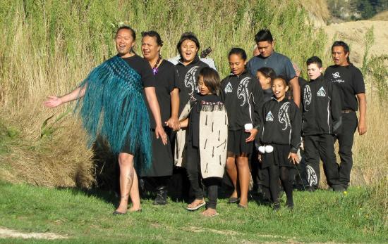 Waimarama Maori Tours: Group performing demonstrations