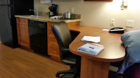 كاندل وود سويتس إنديانابوليس إيست: Desk area is very handy