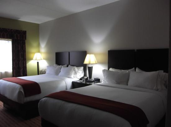 Holiday Inn Express Louisville Northeast: Two comfy queen beds