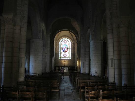 Église Saint-Pierre: Church interior--cool and dark