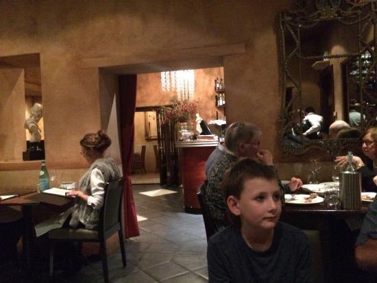 Galileo Buona Cucina: View thru to entrance area.