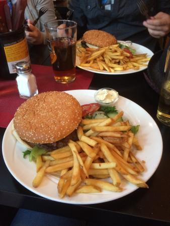 MorriSon's: Garlic burger ja House's burger, omnomnom.