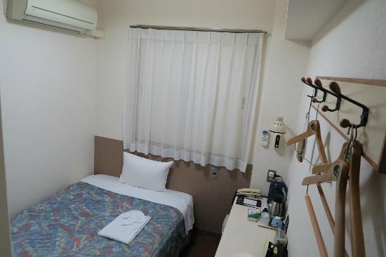 Sunny Stone Hotel: 隣室の右のハンガーのガチャガチャ言う音がうるさくて驚きます。