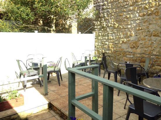 Castle Cary, UK: Sheltered outside eating area