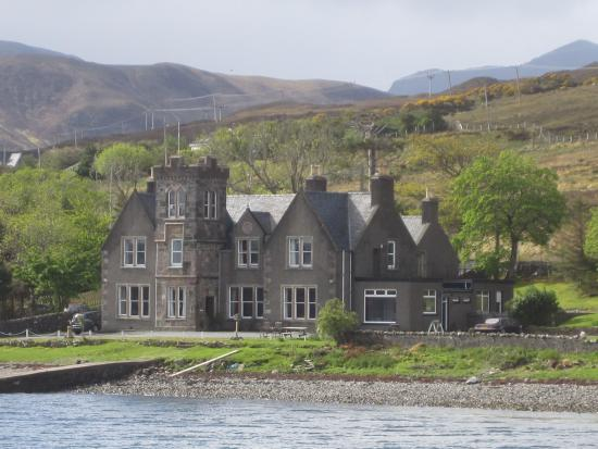 Sconser Lodge Hotel: Sconser Lodge as viewed from the Raasay ferry