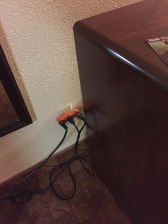 Best Western Southlake Inn: Microfridge, tv, microwave all on one outlet splitter. Doesn't seem to safe.