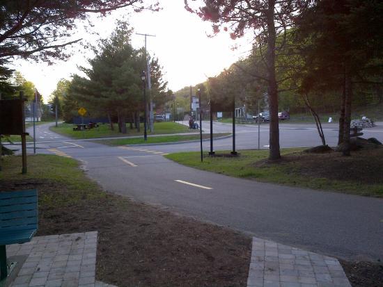 La Voliere by EVRentals: Bike path