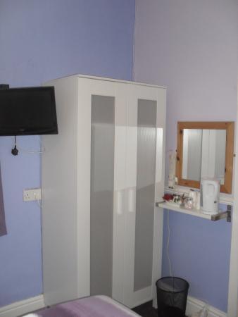 Chorlton Hotel: Room 4 Wardrobe
