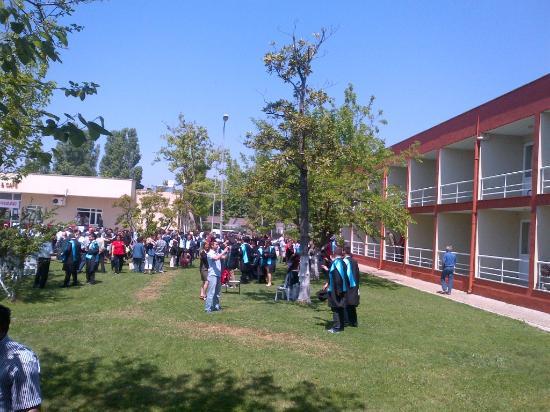 Erdek, Turcja: Bahçede Meslek Yüksek Okulunun mezuniyet töreninden bir görüntü