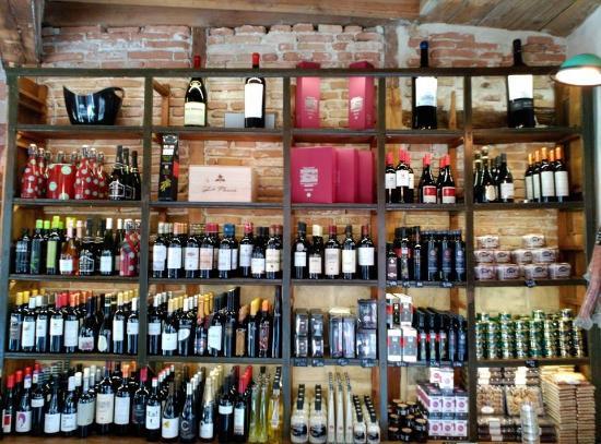 Estanteria colmado de vinos aceites fotograf a de - Estanterias de vino ...