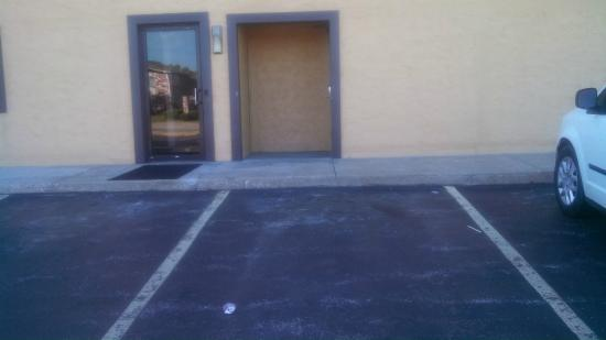 "Super 8 Springfield North I-44: ""Handicapped Room""--- HEY! Where's the ramp?"
