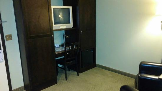 Chautauqua Suites, Meeting & Expo Center: Work space and sitting room when you enter the suite