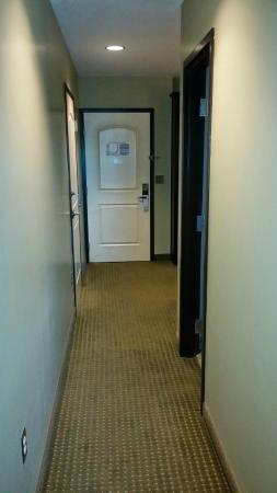 Chautauqua Suites, Meeting & Expo Center: Hallway with separate 1/2 bath between sitting area & bedroom