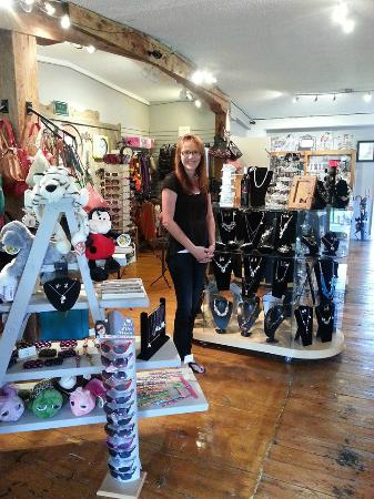 Deseronto, Canadá: A Look at the store with the gorgeous owner Melinda