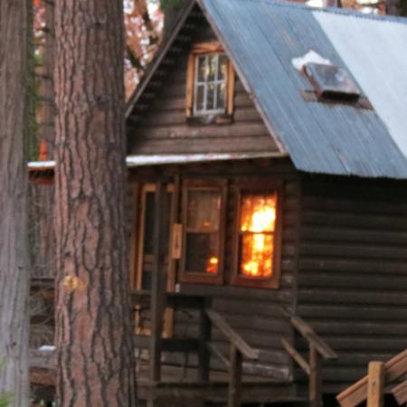 Sunset Inn Yosemite Vacation Cabins: Sugar Pine Cabin with Reflection of the Setting Sun