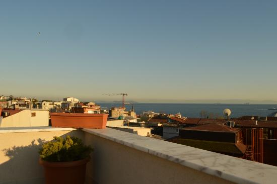 Sultanahmet Cesme Hotel : The view over the Sea of Marmara from the roof