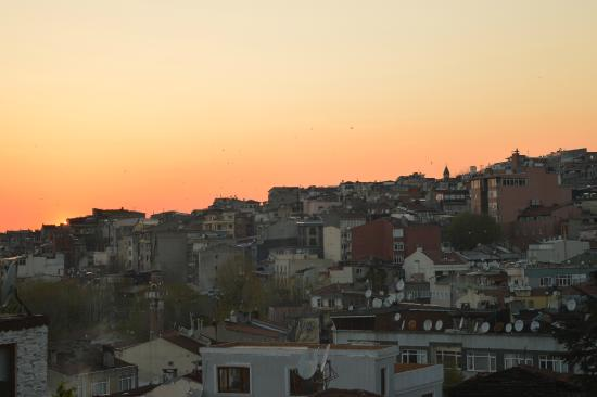 Sultanahmet Cesme Hotel : The view from the roof at sunset