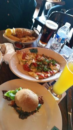 Lola's Lakehouse: buffalo chicken slider, flatbread, fish n chips at happy hour