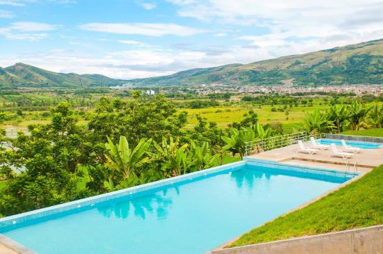 Jaen, Peru: Piscina de Urqu Hotel con vista al valle