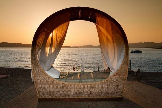 Venus Beach Hotel Bungalows: beach and sunset
