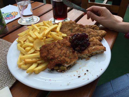 Schnitzelhausle: Bayerisches Schnitzel (klein) und der Jack Daniels Burger (groß)