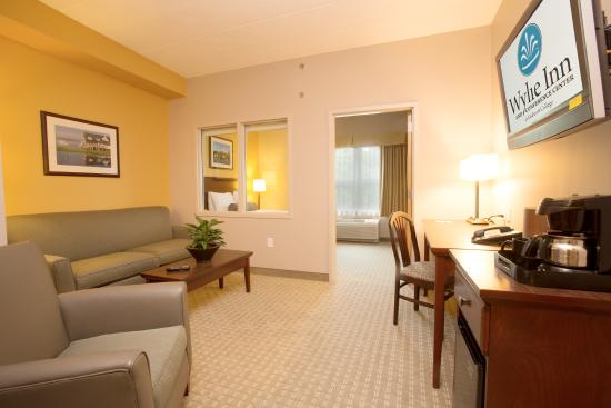 Wylie Inn and Conference Center: Wylie Inn - Junior Suite Living Room