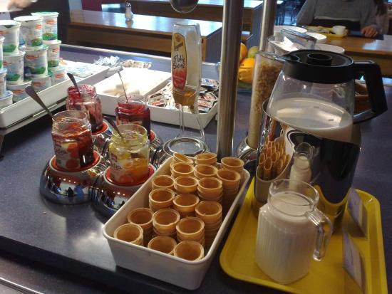 Ibis budget Hamburg Altona : Breakfast buffet