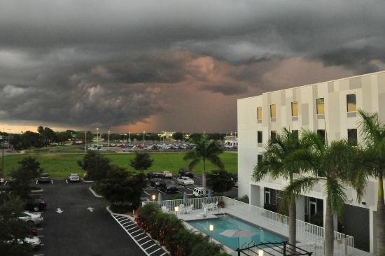 Hampton Inn & Suites Sarasota-Bradenton Airport: Pool and Parking